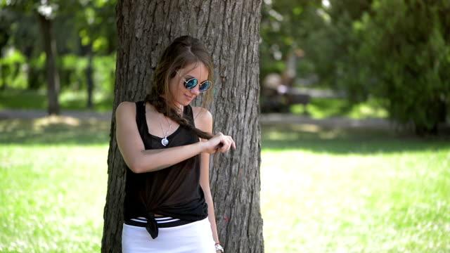 vídeos de stock, filmes e b-roll de linda garota, olhando para a câmera - pessoas bonitas