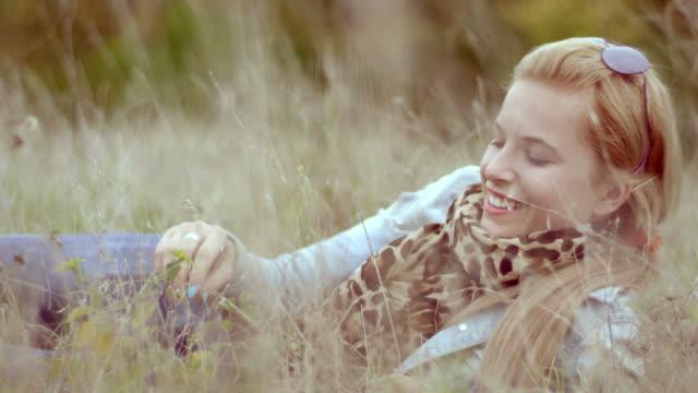vídeos y material grabado en eventos de stock de hermosa girl lying on the meadow - sólo una adolescente