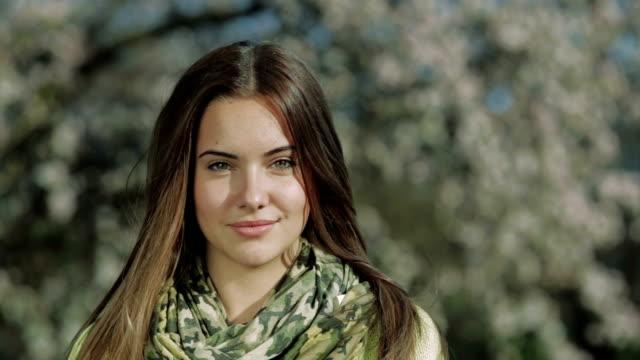 vídeos de stock, filmes e b-roll de linda garota retrato de primavera nos eua - olhos verdes