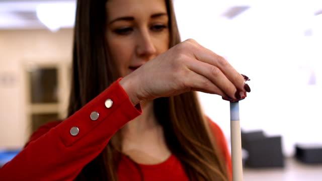 vídeos y material grabado en eventos de stock de hermosa chica preparándose para billar - slow mo - salón de billares