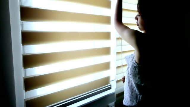 vídeos de stock, filmes e b-roll de linda menina subindo os cegos da manhã - persiana artigo de decoração