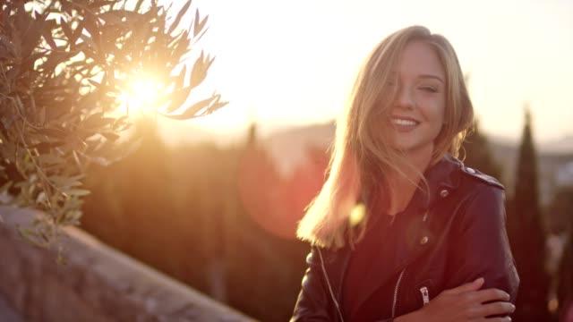 schöne mädchen lächelnd im sonnenlicht - junge frauen stock-videos und b-roll-filmmaterial