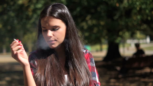 bella ragazza di fumo - sigaretta video stock e b–roll