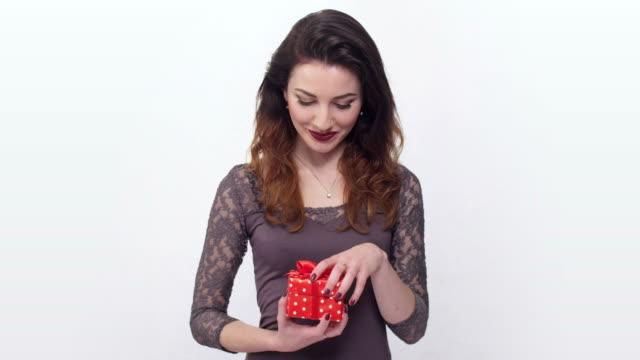 vídeos y material grabado en eventos de stock de beautiful girl taken by surprise opening gift box - esmalte de uñas rojo
