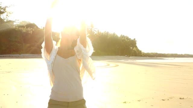 美しい少女は、携帯電話を使用して、ビーチ selfie