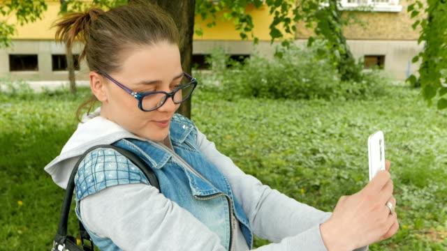 """Schönes Mädchen, die immer häufiger """" selfies"""" im Freien"""