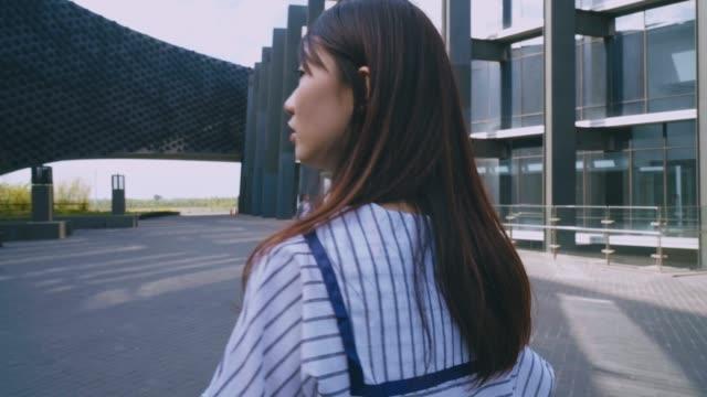 vidéos et rushes de belle fille voyageant à taiwan - coup de foudre