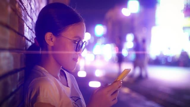 vídeos de stock, filmes e b-roll de menina bonita que usa o smartphone na porta do phae do tha chiang mai - agenda eletrônica