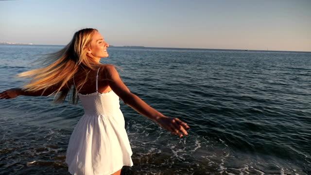美しい少女歩くと、ビーチをお休み - 横顔点の映像素材/bロール
