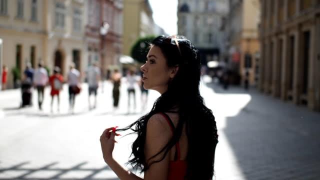 vídeos de stock, filmes e b-roll de menina bonita andando na rua - câmera lenta - olhando ao redor