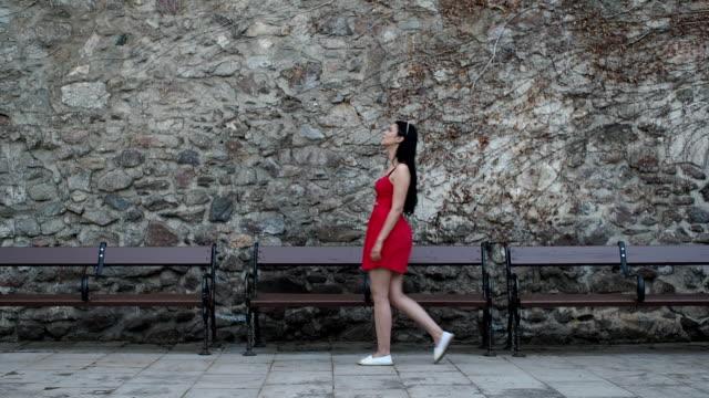 Menina bonita andando na rua - câmera lenta
