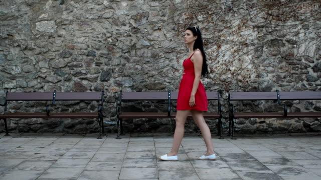 vídeos de stock, filmes e b-roll de menina bonita andando na rua - câmera lenta - vista lateral