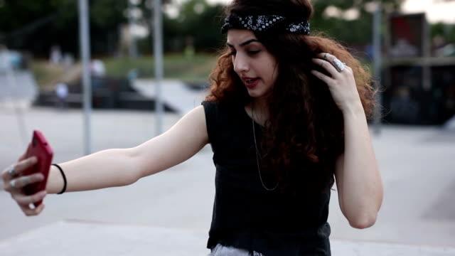 schöne mädchen mit kopftuch unter selfie - teenager alter stock-videos und b-roll-filmmaterial