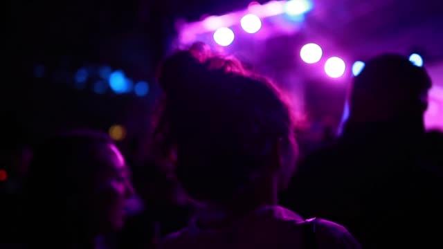vídeos de stock, filmes e b-roll de menina bonita com o bolo desarrumado em um partido ao ar livre - cabelo assanhado