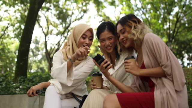 vídeos de stock, filmes e b-roll de lindas meninas no parque - vestuário modesto
