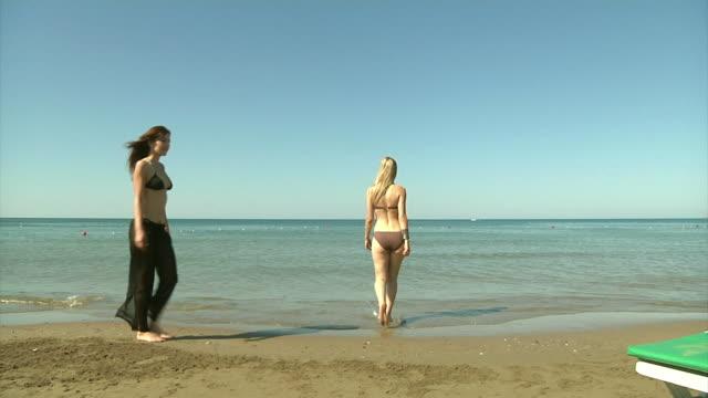 belle ragazze sulla spiaggia - solo ragazze video stock e b–roll