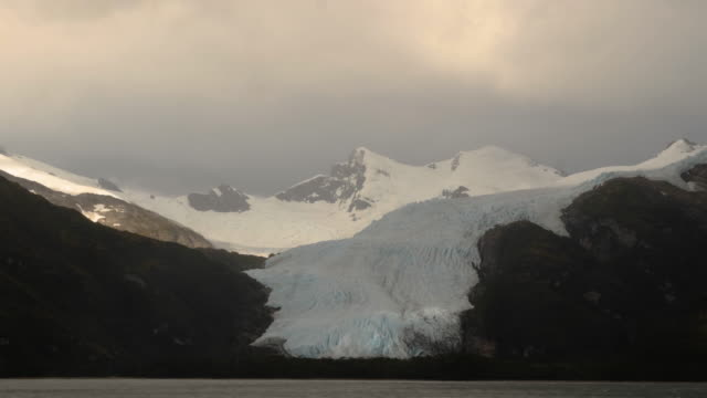 vídeos de stock, filmes e b-roll de beautiful glacier and mountains in patagonia - passear sem destino
