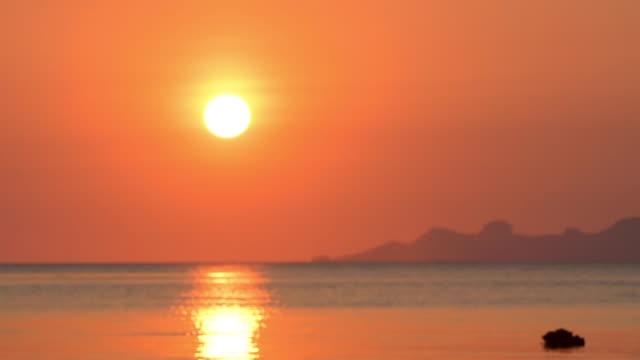 vídeos de stock, filmes e b-roll de praia dourada bonita e por do sol grande do mar no console tailândia de samui - metereologia