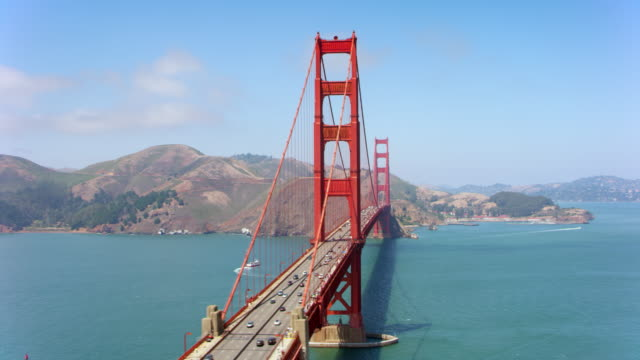AERIAL Beautiful Golden Gate Bridge in San Francisco, Kalifornien, an einem sonnigen Tag