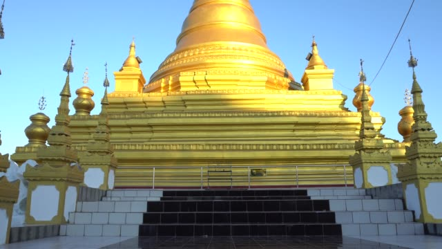 Schöne goldene Kuthodaw Pagode Mandalay in Myanmar