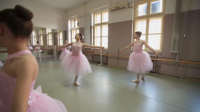 美しい優雅な若いバレリーナ - バレエ練習用バー点の映像素材/bロール