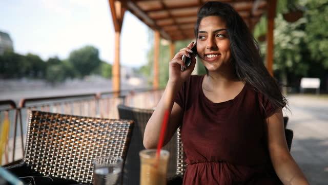 カフェで美しいジプシー若い女性 - 遊牧民族点の映像素材/bロール