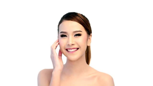 vídeos de stock, filmes e b-roll de saudável de mulher tocando a pele suave no rosto de beleza - boca humana