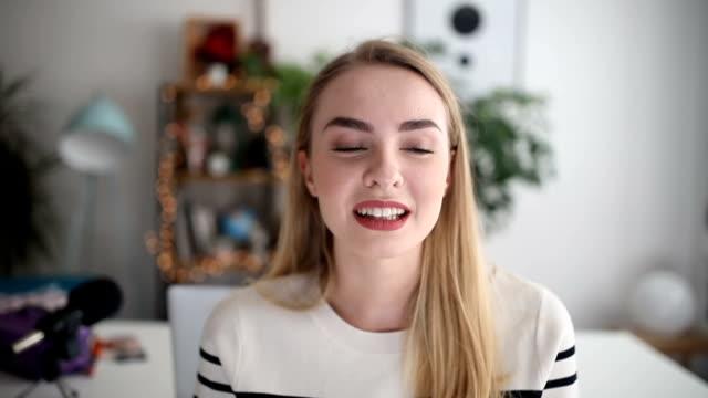 vidéos et rushes de hipster belle parle de ses activités quotidiennes sur son vlog, gros plan - blog vidéo