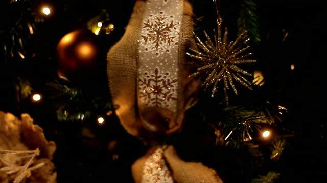 Schönen Urlaub eingerichtetes Zimmer mit Weihnachtsbaum