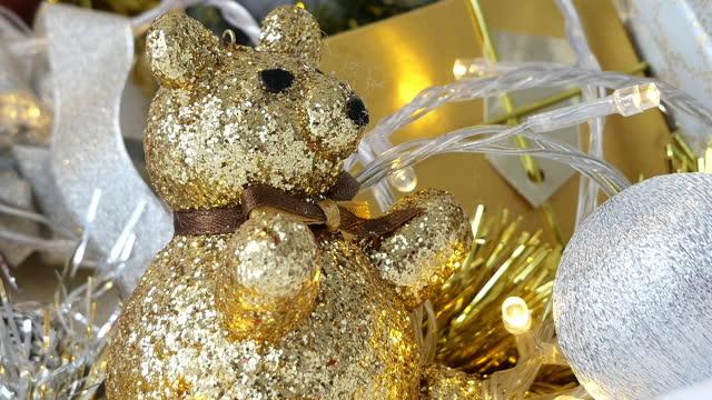 サンタ、ボーブルとギフトボックス、クリスマスの背景と美しい家の装飾クリスマスツリー - ティンセル点の映像素材/bロール