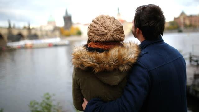 vídeos de stock e filmes b-roll de beautiful honeymoon in prague - praga boémia
