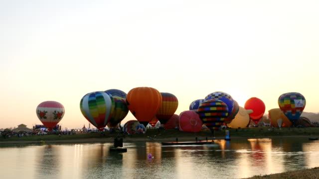 schöne heißluftballons bei sonnenuntergang. - hd format stock-videos und b-roll-filmmaterial