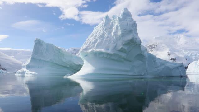 beautiful icebergs, antarctic scenery - 氷山点の映像素材/bロール