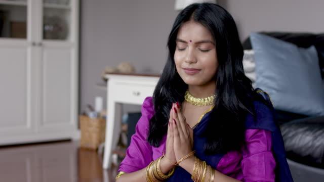 schöne indische frau, die in ihrem haus betet - dashahara stock-videos und b-roll-filmmaterial