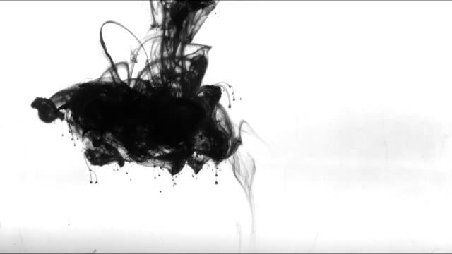 vídeos de stock e filmes b-roll de beautiful ink swirl in water - cor isolada