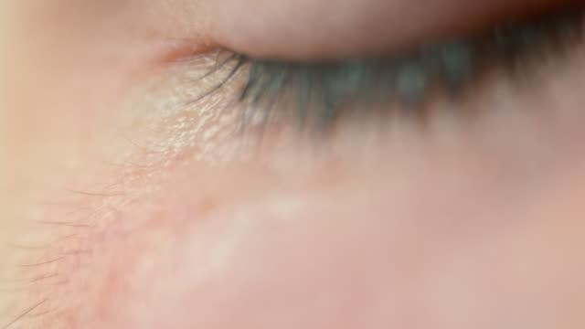 チルト ecu 荒れた目 - 人の肌点の映像素材/bロール