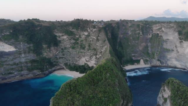 Côte de l'île magnifique au coucher du soleil