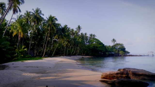 vídeos de stock e filmes b-roll de beautiful island view of tropical beach sea with sky at koh kood island, trad, thailand - cabana estrutura construída