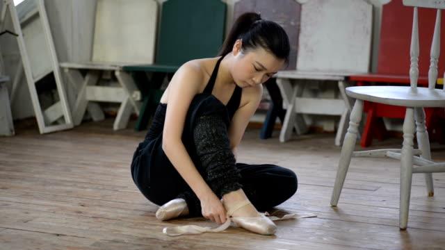 美しい日本の女性ダンサーがつま先の靴を着ています。 - バレエ点の映像素材/bロール