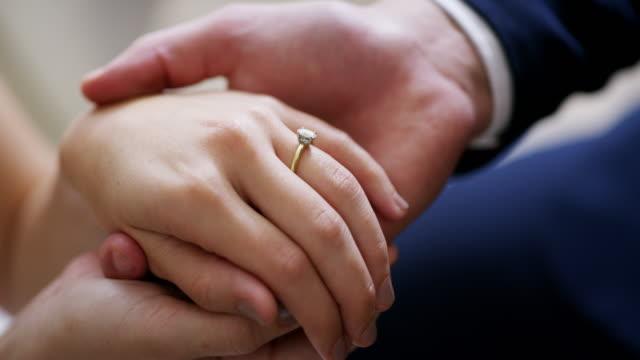 美しい接続を象徴する美しいジュエリー - 結婚指輪点の映像素材/bロール