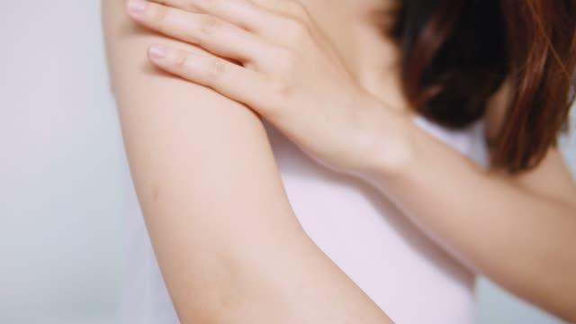 vídeos de stock e filmes b-roll de beautiful lady touching arm smoothly up - articulação humana