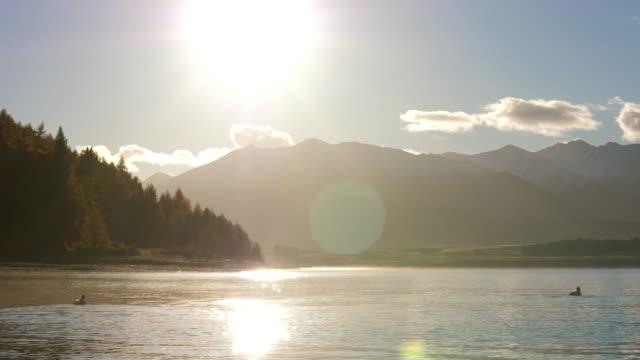 bellissimo lago all'alba - riva dell'acqua video stock e b–roll