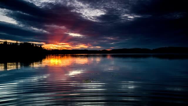 美しい夕暮れの湖