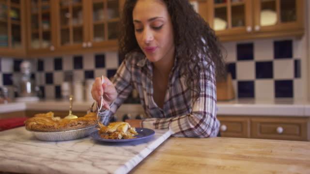 vídeos y material grabado en eventos de stock de beautiful latino brunette woman tasting apple pie - pastel dulce