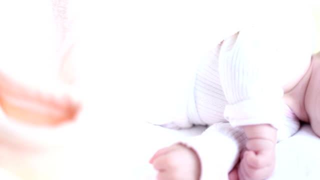 bellissimo piccolo bambino dormire - dito umano video stock e b–roll