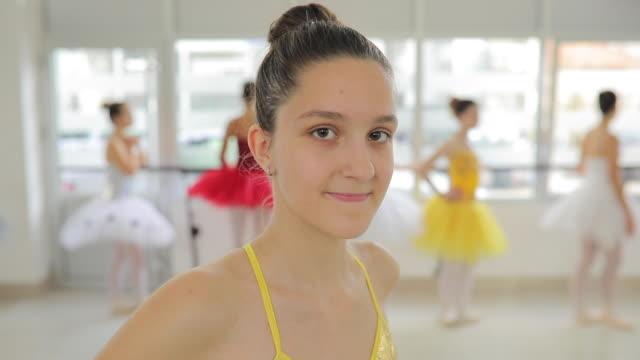 schöne kleine tänzerin - ballettstudio stock-videos und b-roll-filmmaterial