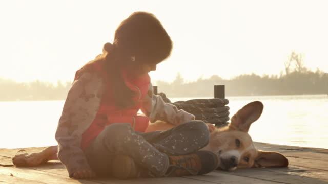 Schöne kleine Mädchen und Yellow Dog Mutt. Leben mit Haustieren