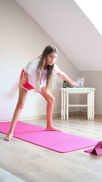 自宅でオンラインクラスのチュートリアルを見て板をやって美しい小さな女の子 - 女性選手点の映像素材/bロール