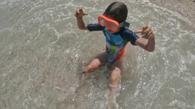 schöne kleine mädchen spaß in einem meer. - home movie stock-videos und b-roll-filmmaterial