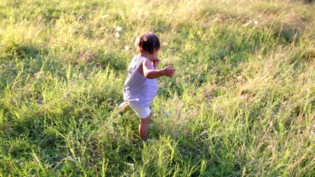 wunderschönes kleines mädchen geht in eine sommerpark spazieren. - treppe stock-videos und b-roll-filmmaterial